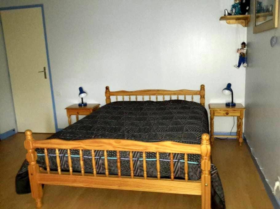 Chambre bleue dans une ancienne longère rénovée. - Héric