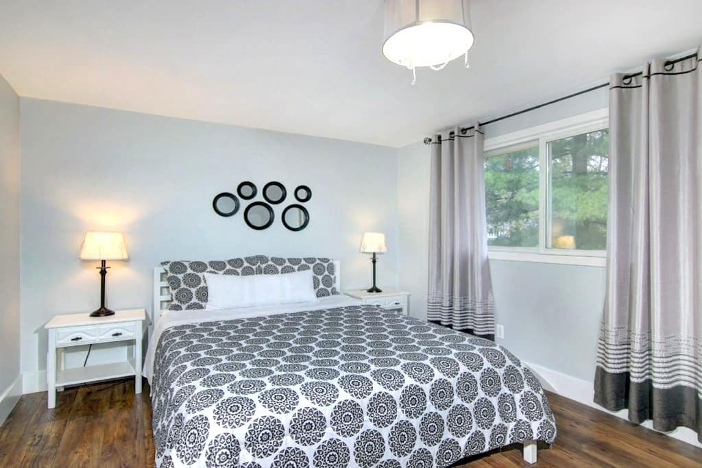 Charming room with queen size bed - black & white - Niagara Falls