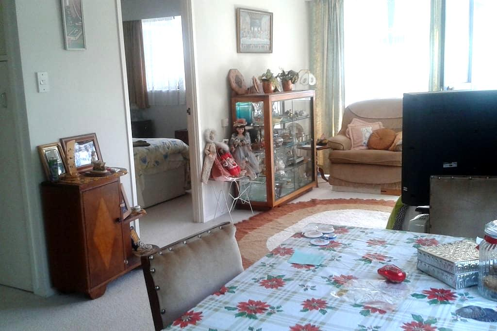 Self contained sunny flat 15 mins from airport - Auckland - Apartamento