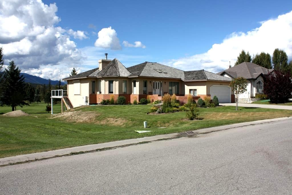 HUGE Family Vacation Home, Golf course, sleeps 10+ - Fairmont Hot Springs