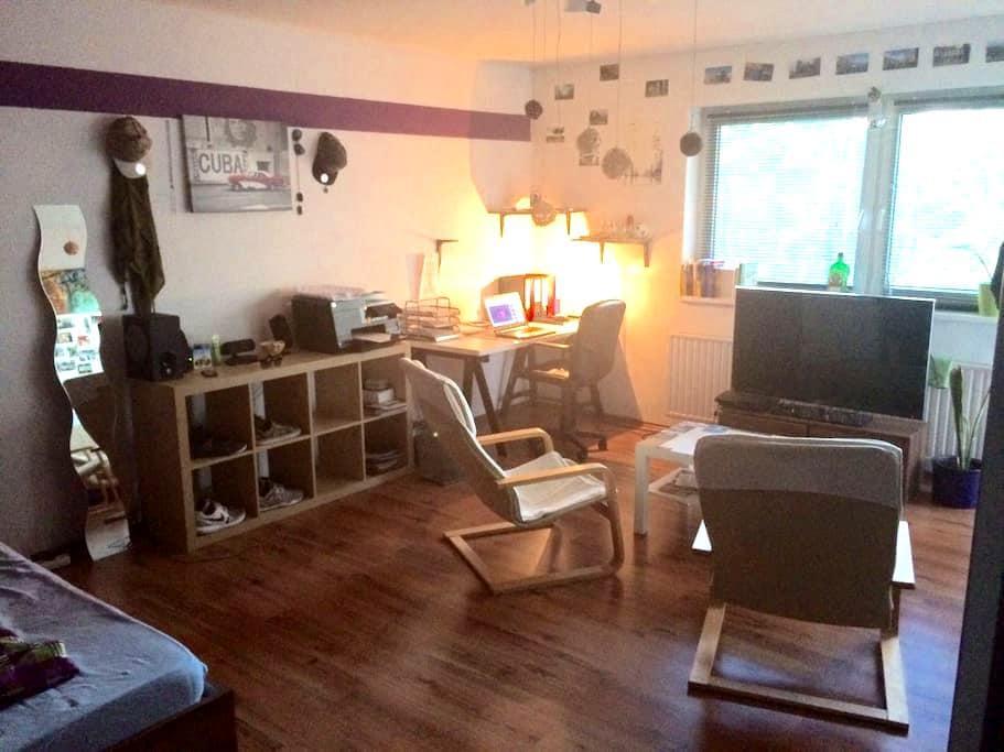 Schönes, sonniges Zimmer+Balkon, nähe Stadtzentrum - Berlim - Apartamento