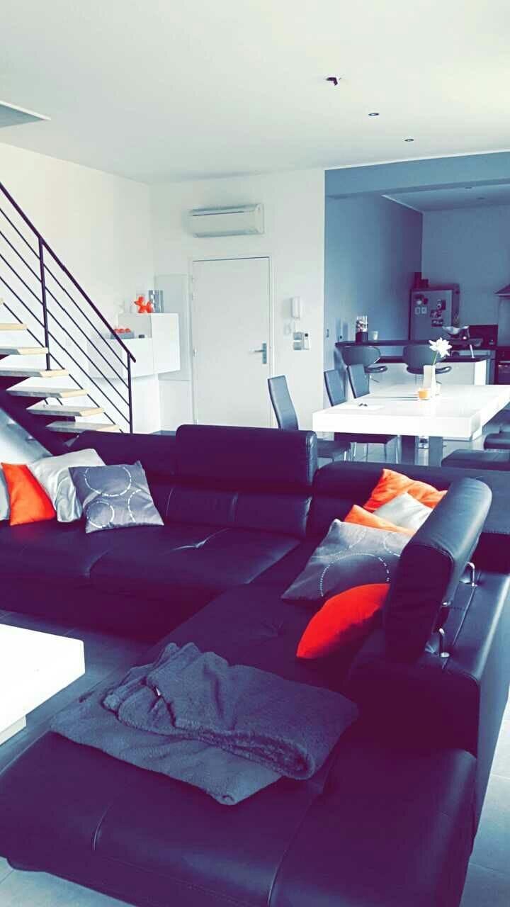 Grande chambre dans maison moderne