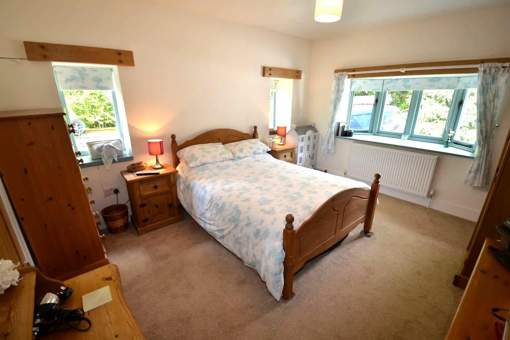 Double bedroom with en-suite from £54 - Banstead