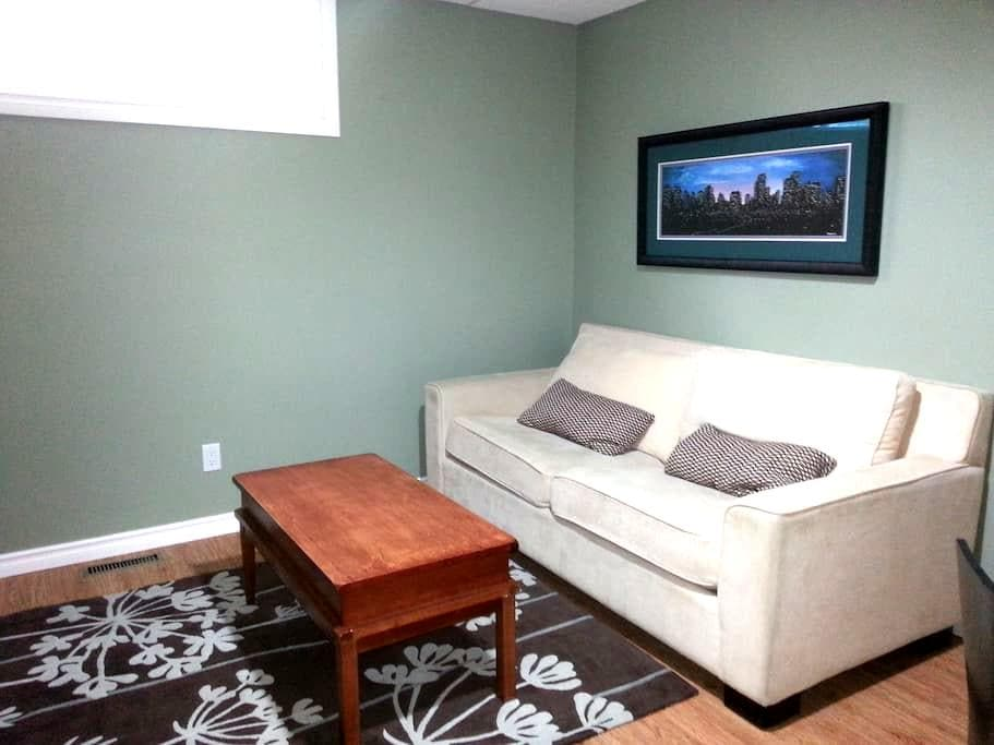 Modern private suite in South Edmonton near LRT - Edmonton - Huis