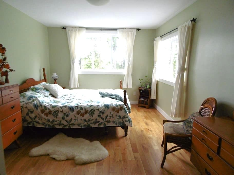 Grouse House B&B ~ Spruce Room - Powell River - Bed & Breakfast