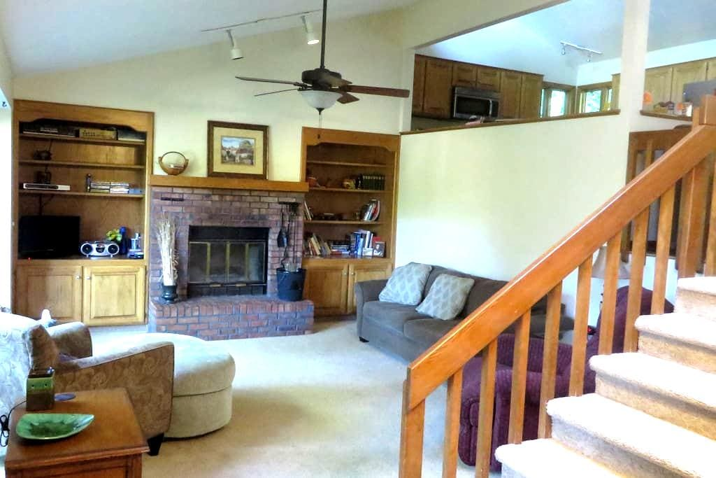 Cozy Forest Refuge ( Accommodate 1-11) (7 Beds) - Bellevue