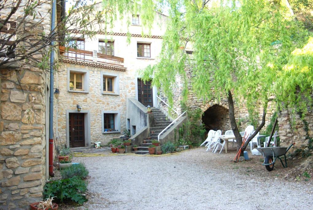 grande chambre dans mas provençal - Mornas - House