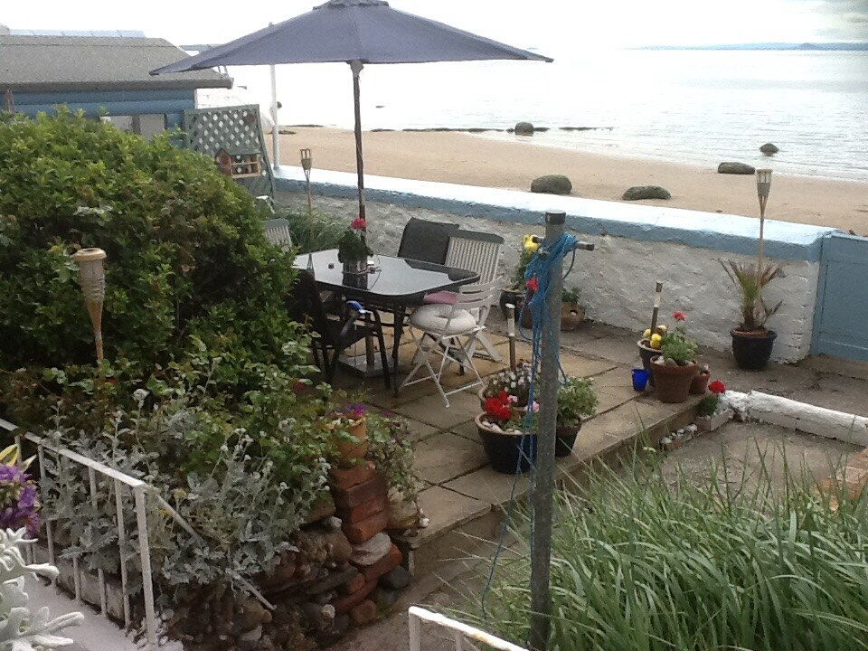 Cosy cottage home leading to beach