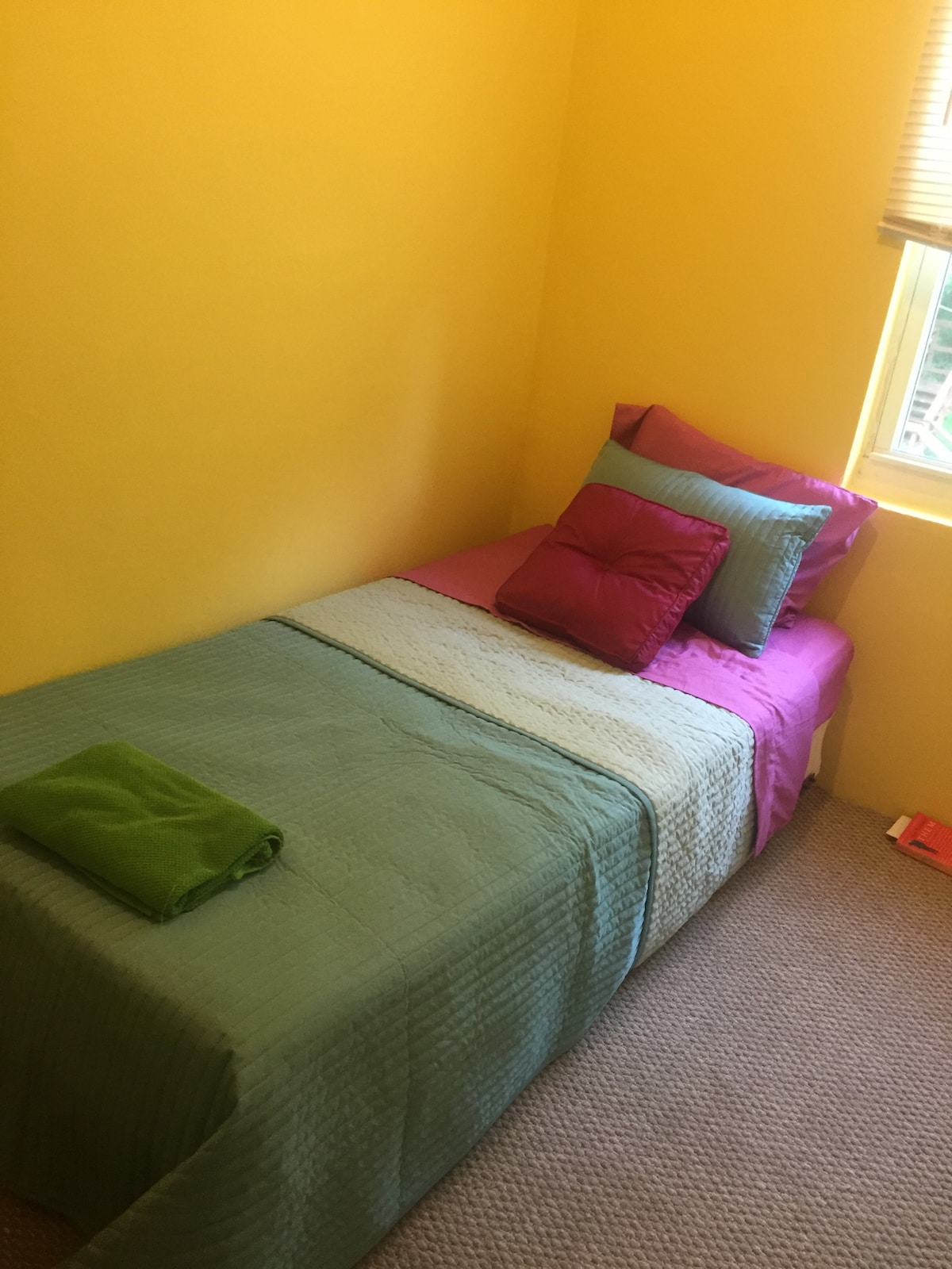 Quaint Room with Free Parking