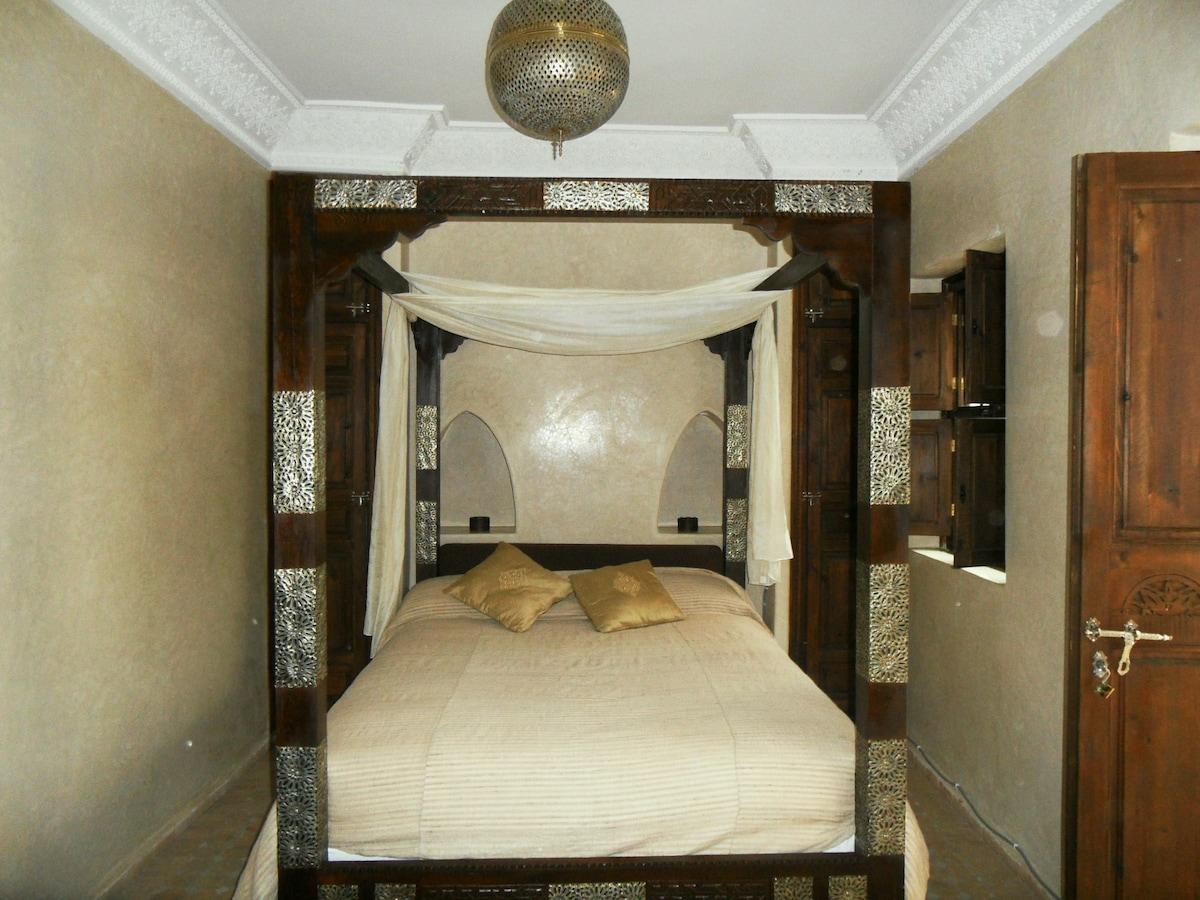 the cedar-wood four poster bed in room Turiya