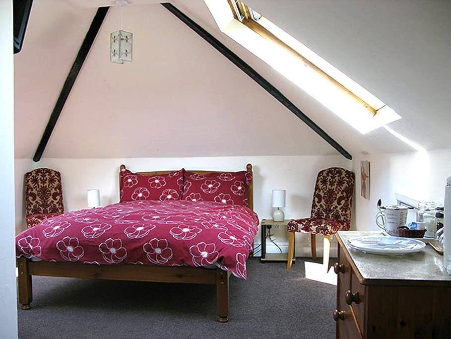 Comfortable Bed & Breakfast room - Hay-on-Wye