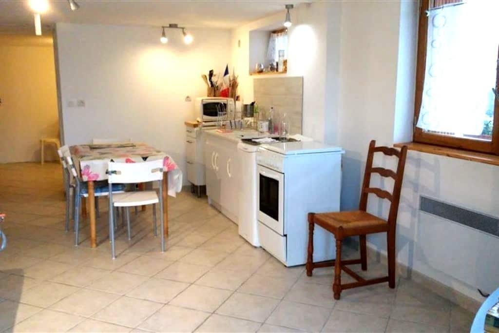 Studio en rez de chaussée de maison - Peyrieu - Apartamento