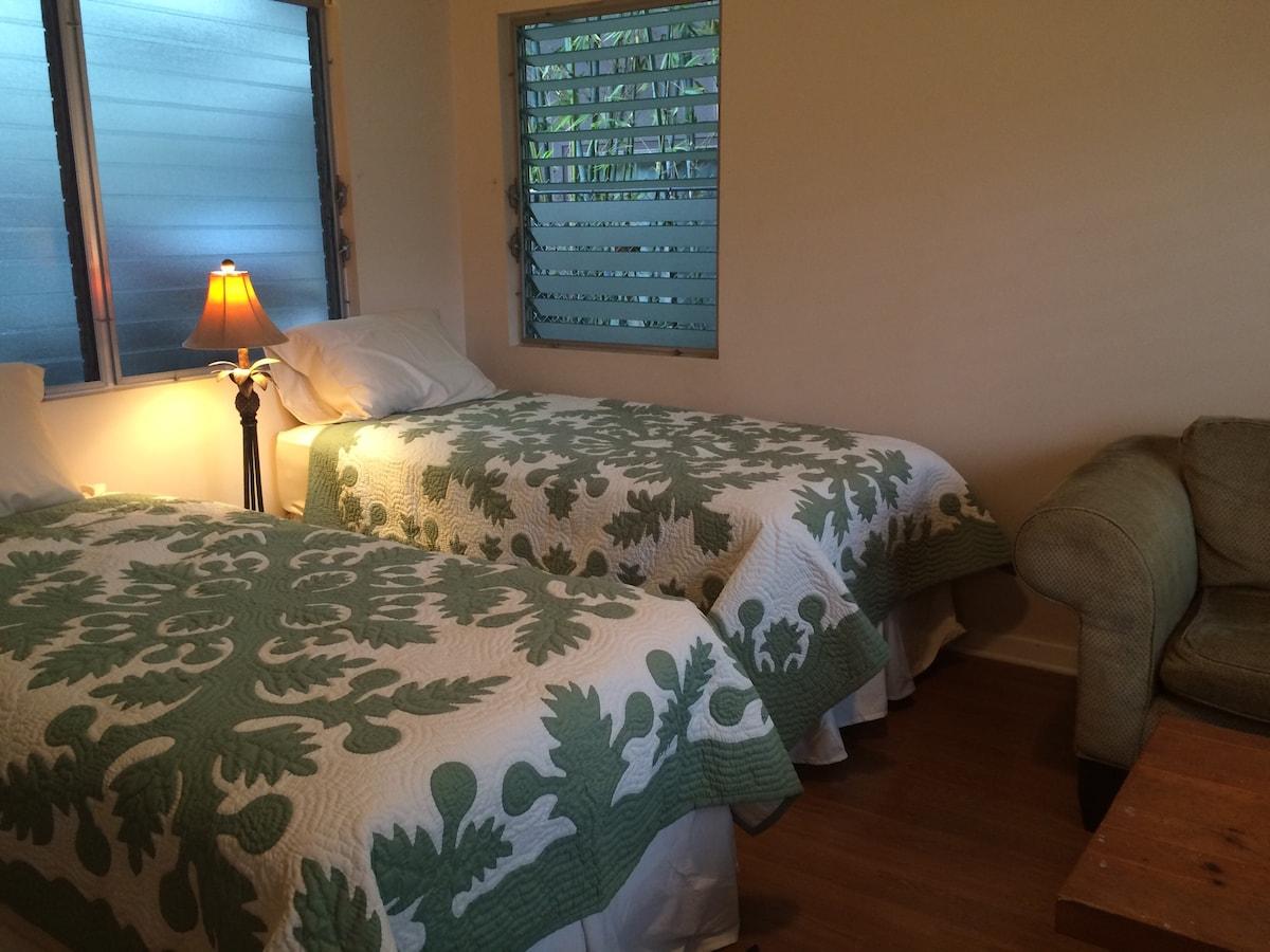 2 Twin Beds, Bath & Parking Near UH