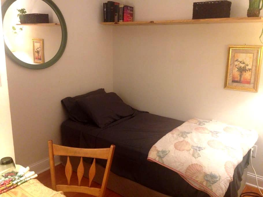 Clean, private room w/friendly host - Buffalo - Ev