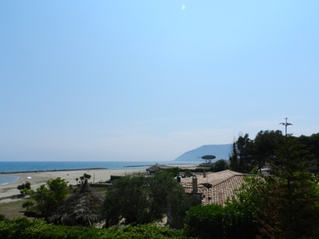 Villa with private access to beach