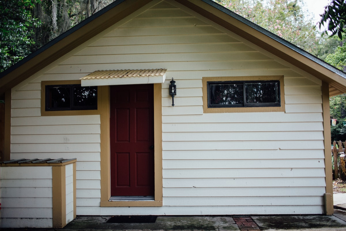 Quaint, clean cottage close to UF
