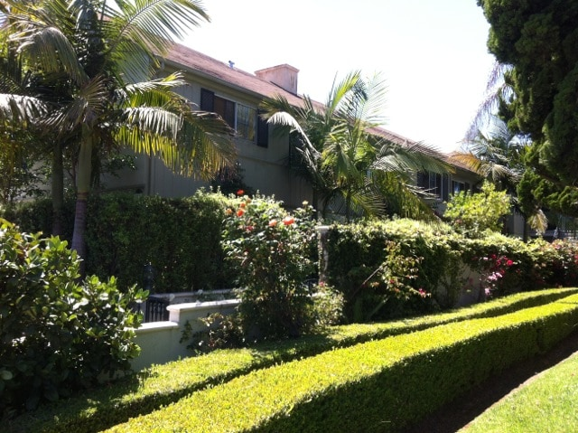 Lush landscaping, beautifully maintained building!