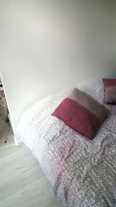Une chambre propre avec lit 2 pers - Труа - Квартира