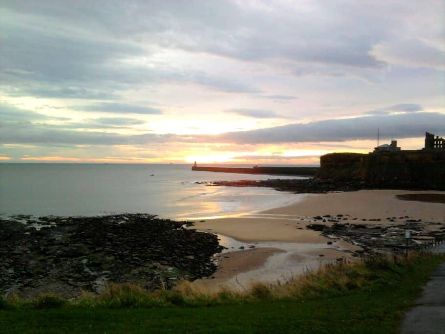 Sunny, warm room, private bathroom and lounge. - Tynemouth - Hus