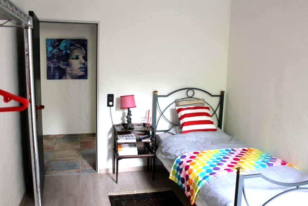 Very Quiet Room in 40699 Erkrath  Near A3-A46! - Erkrath - Adosado