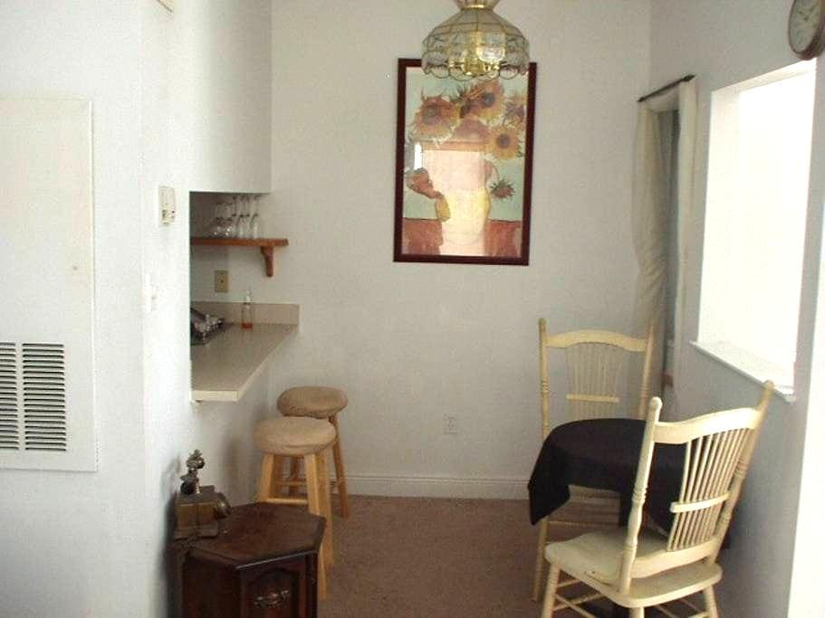 Cozy quiet bedroom -- for travelers - Metairie - Apartment