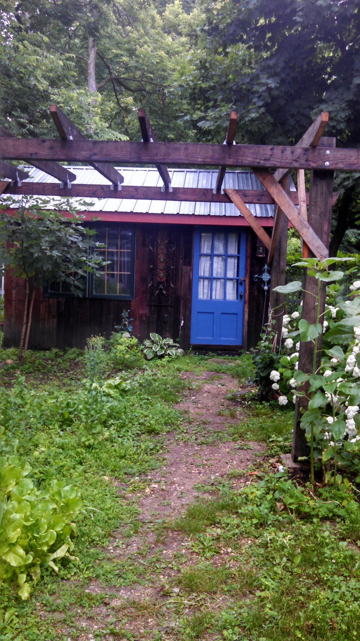 Small private cabin 2 blocks to Mai