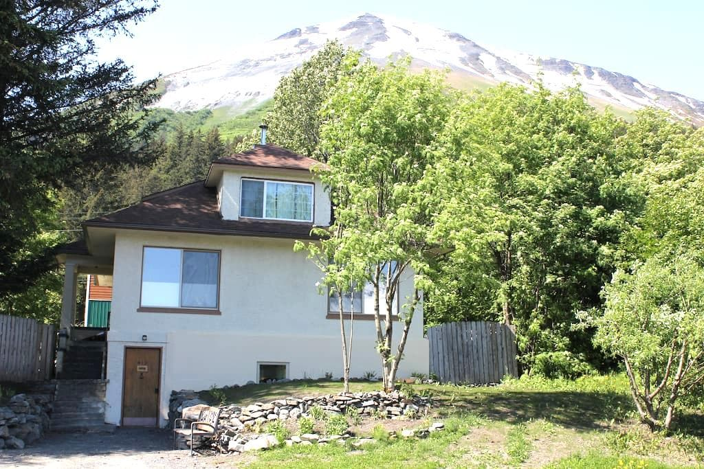 Eagle Land B&B - view of Mt. Alice room#2 - 수어드(Seward)