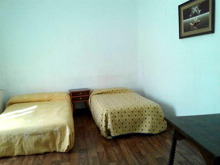Habitación con dos camas (m) - Argamasilla de Alba - Casa