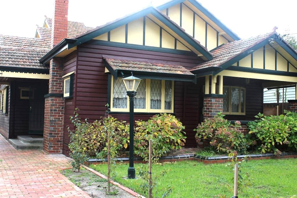 Two storey well-appointed Californian Bungalow - Sunshine - Bed & Breakfast
