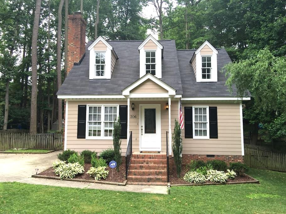 Private room in beautiful Cape Cod style home - Knightdale - Hus