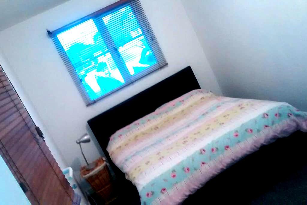 Quiet Double bedroom wifi - Burgess Hill - Huis
