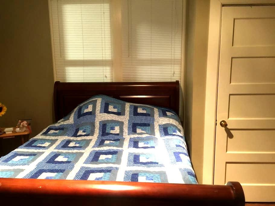 I queen size bed with own bathroom - Crowley, Louisiana, US - Σπίτι