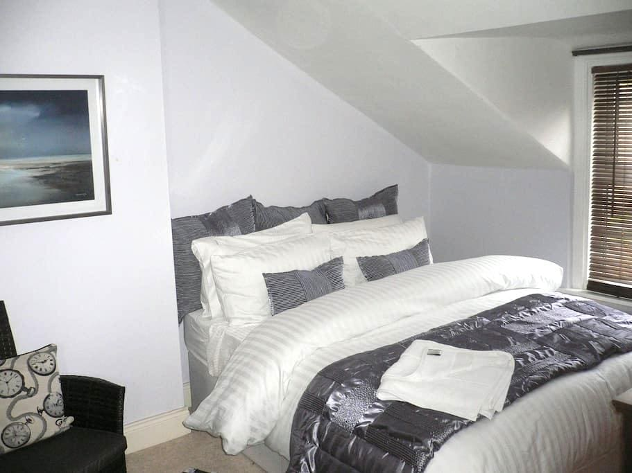Double bedroom KING sized bed  - West Boldon - 家庭式旅館