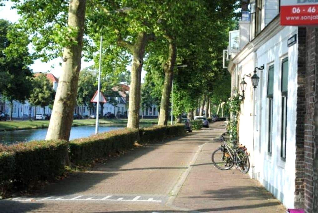 Sunny modern apartment (45m2) on tree-lined canal. - Middelburg - Apartment