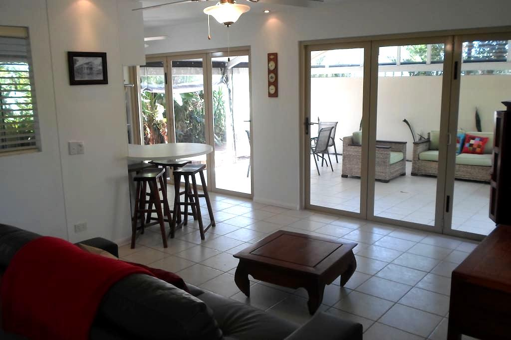 Oasis Style Retreat Close to Beach - Burleigh Waters - Flat