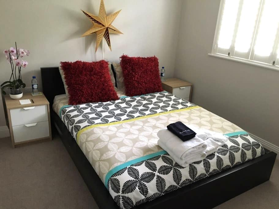 Comfy clean room & private ensuite near Heathrow - Staines-upon-Thames