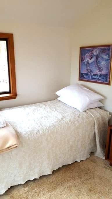 Sevenoaks Retreat Center: Summer House Cabin - Madison