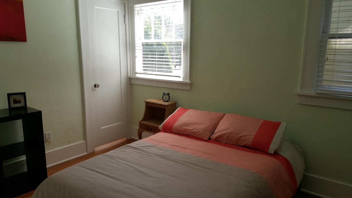 Bright & Cozy Room in NE Portland