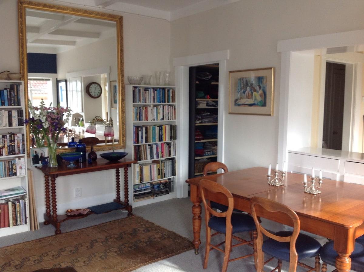 Cozy, quiet room in Art Deco house