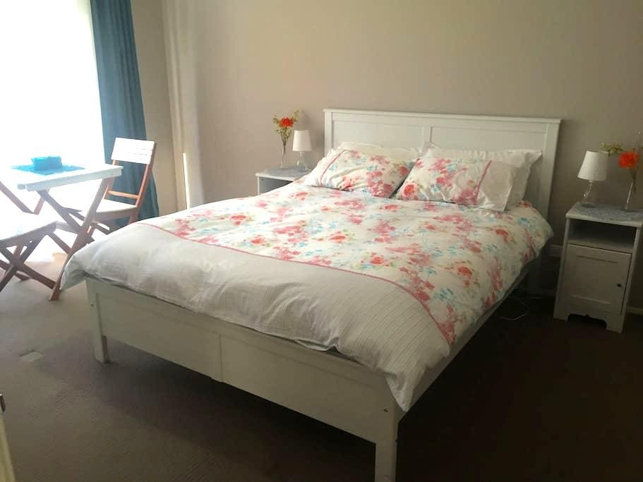 Sunny, spacious room with queen bed, ensuite & TV - Kellyville Ridge