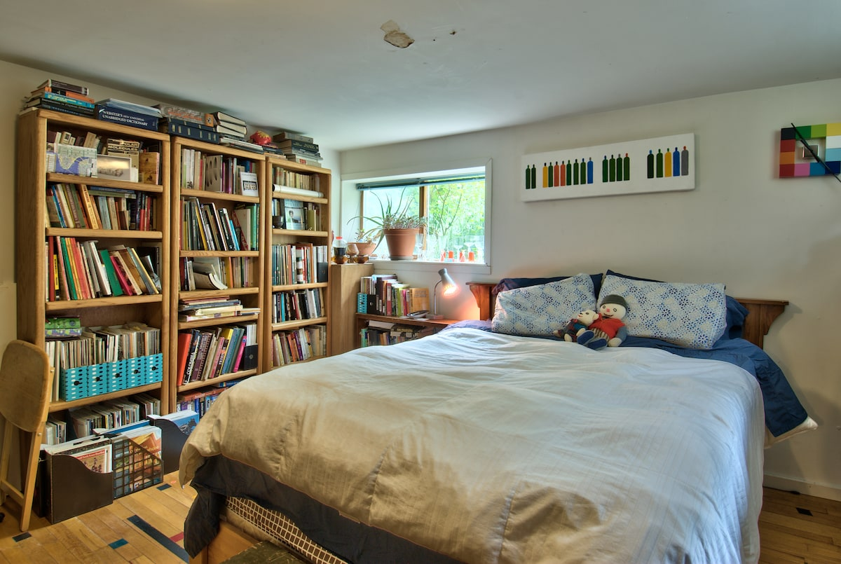 view 2...books to share! Which duvet cover will be on the bed for your visit....?