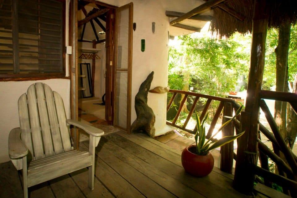 balcony facing the pool and garden / balcon con vista a la alberca y jardin
