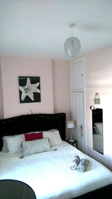 Spacious double bedroom with super king size bed - Neilston