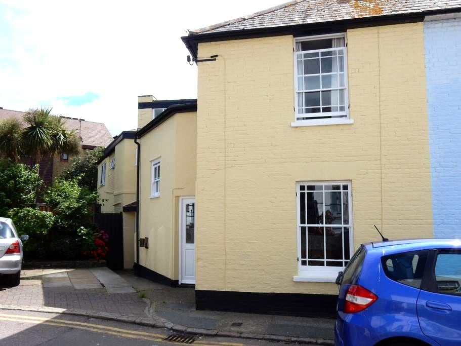 Cosy room, across the road from the beach - Whitstable - Casa