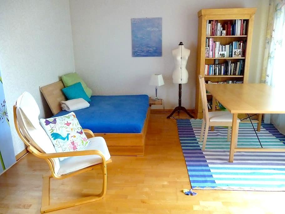 Ruhiges Zimmer, eigenes Bad, TV, WLAN, Bus/Zugnähe - Erlangen - Huis