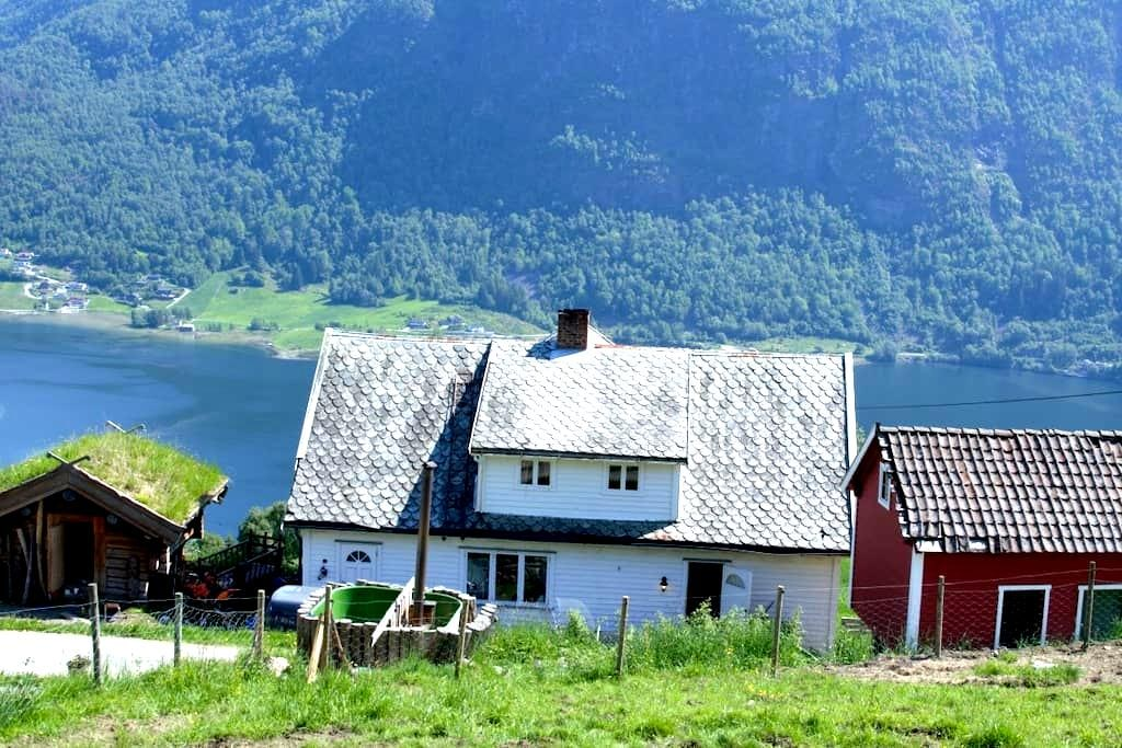 Farmhouse with beautiful view - Sogndal - Casa