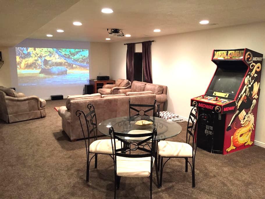 Fun Luxury Basement Apartment with Home Theater - Lehi - Apartamento