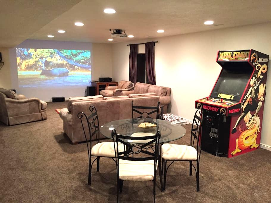 Fun Luxury Basement Apartment with Home Theater - Lehi - Apartment