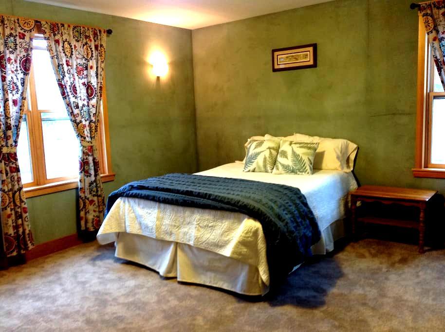 Bright private room downtown - Bozeman