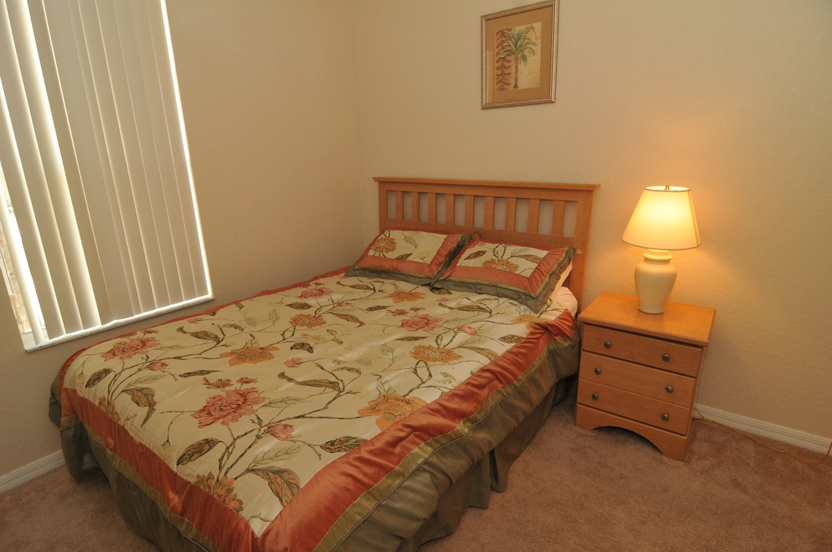 Full en suite ground level , separate entrance queen bed